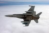Ilmavoimien McDonnell Douglas F/A-18C -hävittäjä varustettuna JDAM-täsmäpommilla (vasemmassa siivessä), JSOW-liitopommilla ja Li